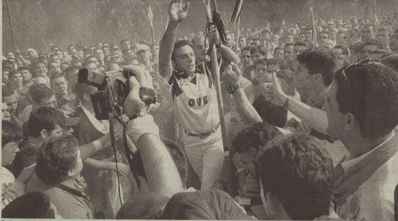 Ovejero, rodeado de los participantes, avanza tras dar muerte, junto a otros lanceros, al toro. Fotografía de Fran Jiménez.